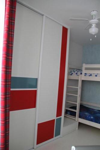 Яркая мебель в интерьере комнаты для подростка